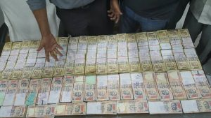 Thane cops seize Rs 96 lakh old denomination currency notes (1)