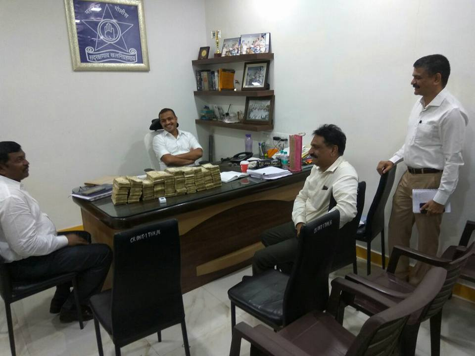 Thane cops seize Rs 96 lakh old denomination currency notes (2)